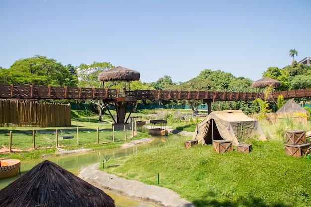 Биопарк рио-де-жанейро, бразилия. вид на достопримечательность, известную как саванна, в биопарке рио-де-жанейро.