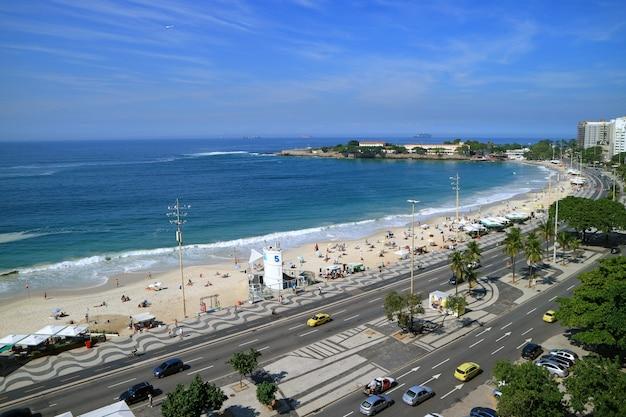 Рио-де-жанейро, бразилия, 24 мая 2018 года: впечатляющий вид с воздуха на пляже копакабана