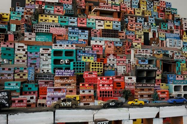 Рио-де-жанейро, бразилия - 26 сентября 2017: миниатюрное изображение красочного сообщества фавел, часть социального проекта projecto morrinho.