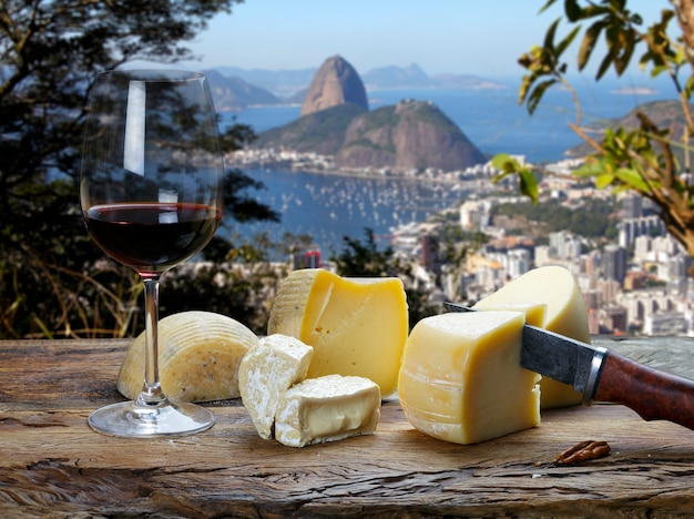 리우데자네이루, 슈가 로프, 레드 와인 한 잔, 다양한 치즈 보드가 내려다보이는 레스토랑