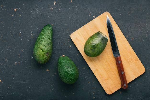 ナイフでまな板に熟したおいしいアボカドフルーツ