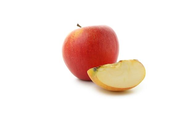 熟したリンゴと白い背景で隔離のスライス