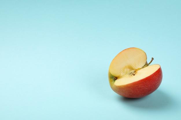 青の背景に熟したリンゴ、テキスト用のスペース