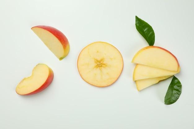 白い背景に、上面に熟したリンゴのスライス