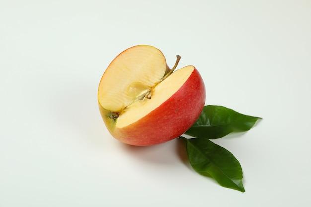 白い背景の上の葉と熟したリンゴ