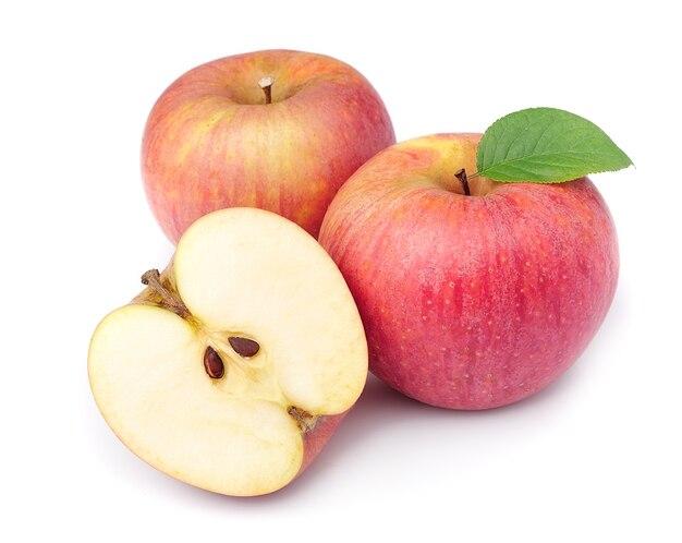 Фрукты спелых яблок с листьями крупным планом