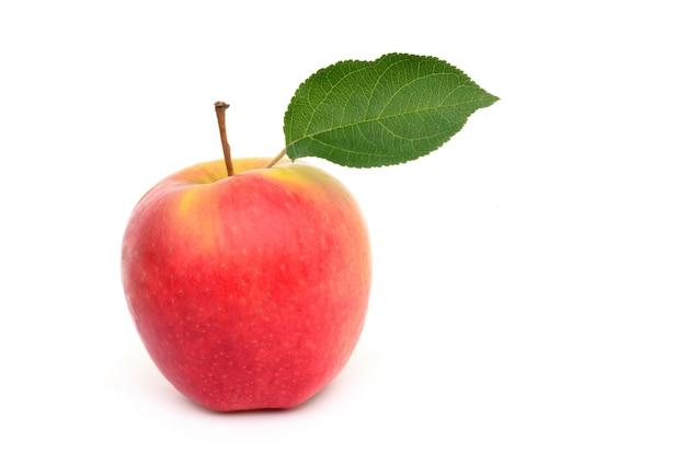 孤立した白い表面に熟したリンゴ