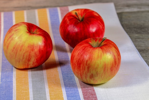 木製のテーブルの上の熟したリンゴをクローズアップ