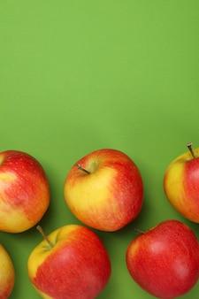 緑の背景に熟したリンゴ、テキスト用のスペース