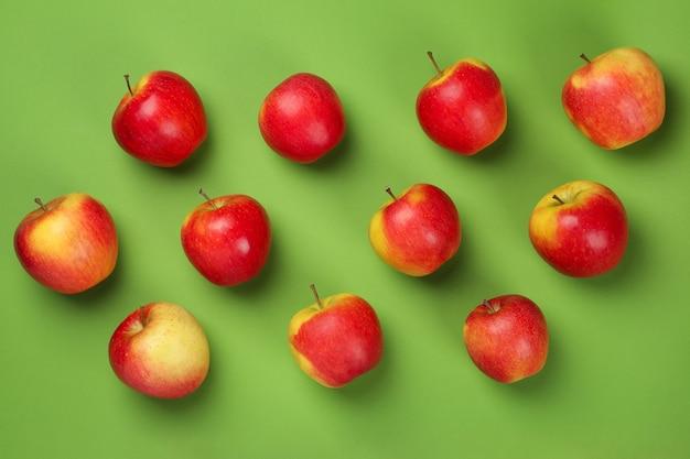 緑の背景、トップ ビューで熟したリンゴ