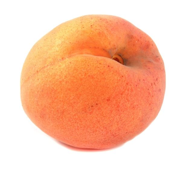잘 익은 살구 흰색 배경에 고립. 과일은 전체 초점을 닫습니다.