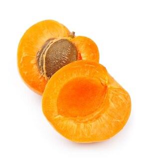 Спелые абрикосы на белом