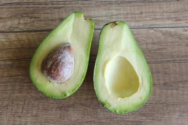 익은 아보카도 아보카도는 두 부분으로 나뉩니다. 건강한 영양 개념