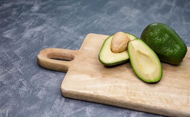 Спелый авокадо разрезать пополам на столе