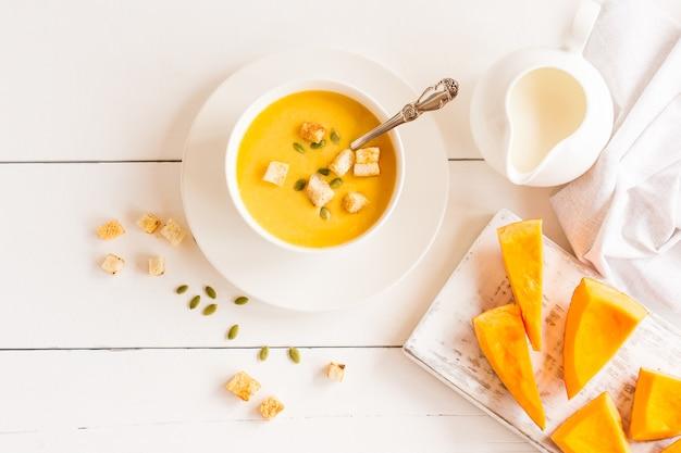 Суп из спелой запеченной тыквы на кокосовом молоке. вкусная здоровая еда.