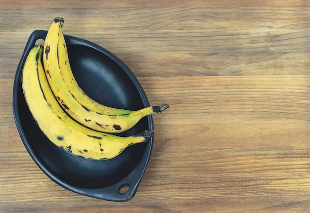 Спелый банан на деревянной основе.