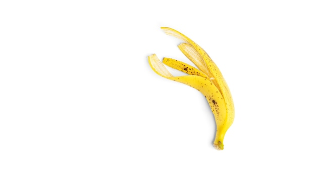 Кожа спелого банана на белом