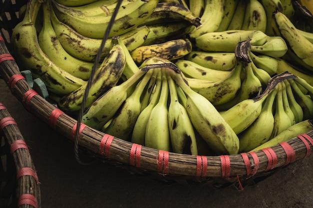 バスケットで熟したバナナ