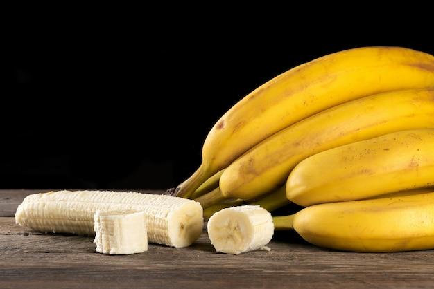 Спелые бананы на деревянном столе