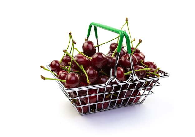 흰색 바탕에 작은 바구니에 잘 익은 열매. 쇼핑 개념.