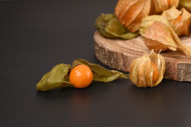 Спелые ягоды физалиса на деревянной доске