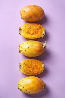 色の背景に熟したサボテン梨