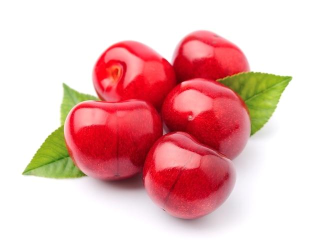 Плоды спелой вишни с изолированными листьями