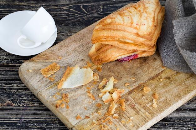 小麦粉パン、甘くて焼きたてのペストリーの詰め物として熟したチェリーベリーをクローズアップ
