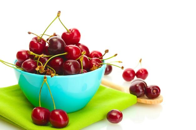 흰색 절연 그릇에 익은 체리 열매