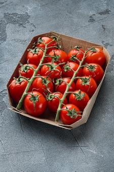 회색 테이블에 트레이에 잘 익은 체리 토마토