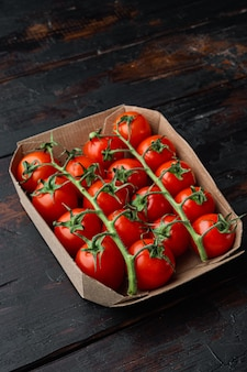 어두운 나무 테이블에 잘 익은 체리 토마토
