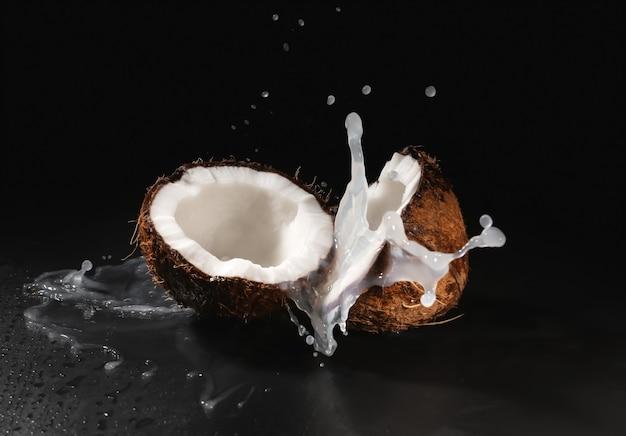 잘 익은 코코넛과 블랙에 우유 스플래시