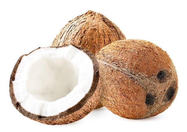 熟したココナッツと白の半分のクローズアップ。孤立