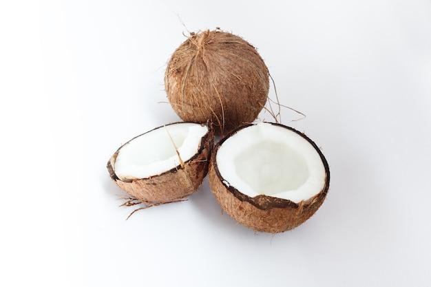 잘 익은 코코넛과 흰 벽에 절반 코코넛