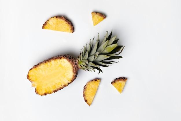 コピースペースと灰色の熟したおいしいハーフパイナップル