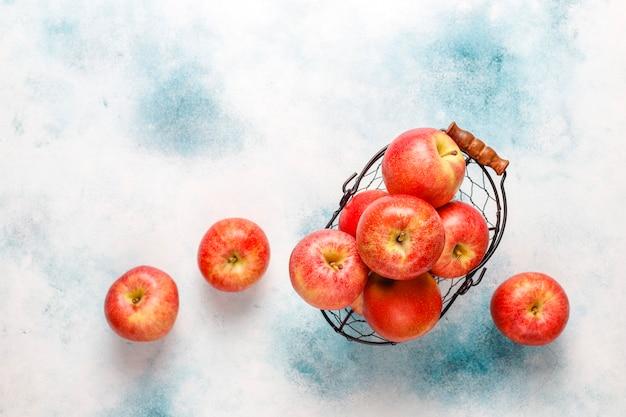 Спелые вкусные органические красные яблоки.