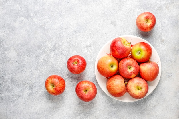 Спелые вкусные органические красные яблоки