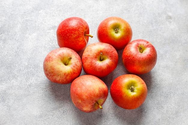 熟したおいしい有機赤リンゴ。