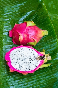 Зрелый плодоовощ дракона на влажных зеленых лист. витамины, фрукты, здоровая пища