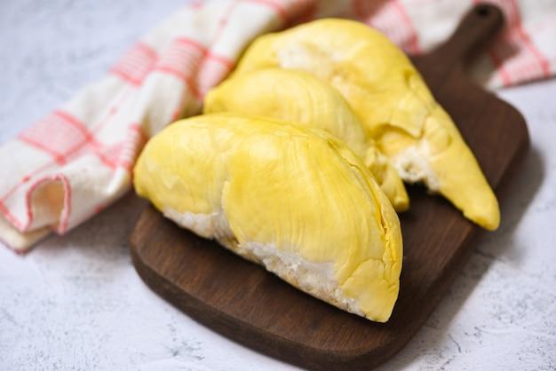 Спелый дуриан тропических фруктов на деревянной тарелке