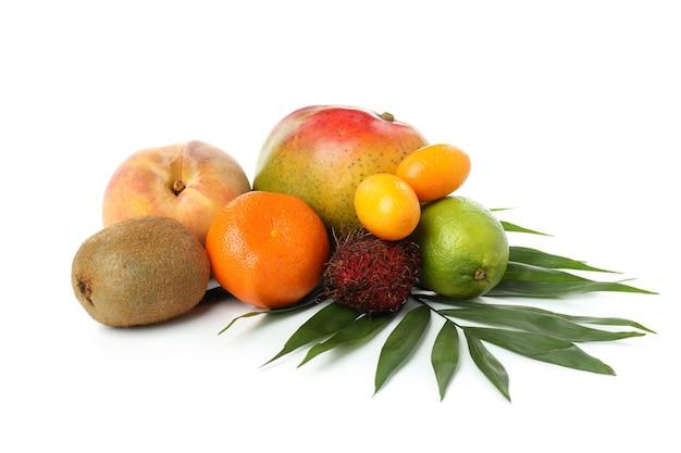 白い背景で隔離の熟したエキゾチックな果物。