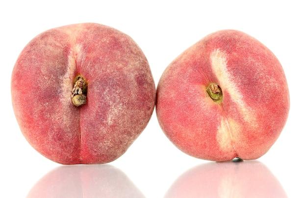 白で分離された熟したイチジクの桃