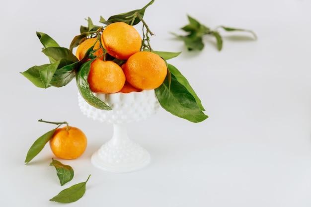 Спелые мандарины флориды с зелеными листьями в коробке.