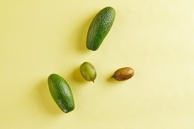 熟した新鮮なミニアボカドとミニレモンを分離