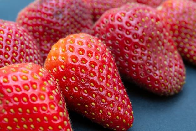 Спелые, свежие, красные клубники крупным планом.