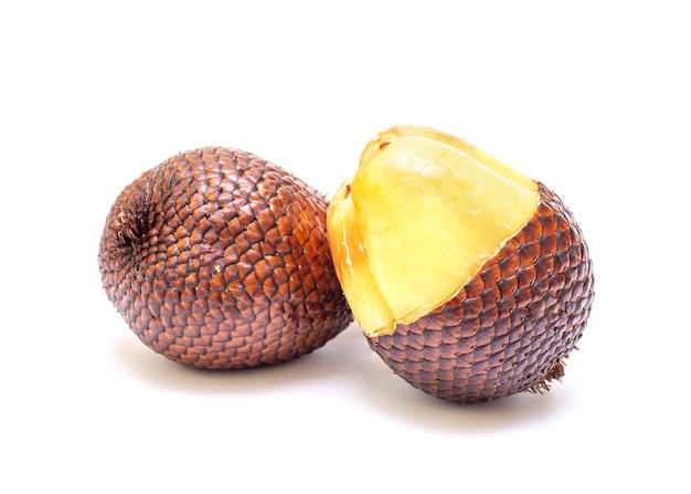 흰색 배경에 고립 된 열매의 익은 과일