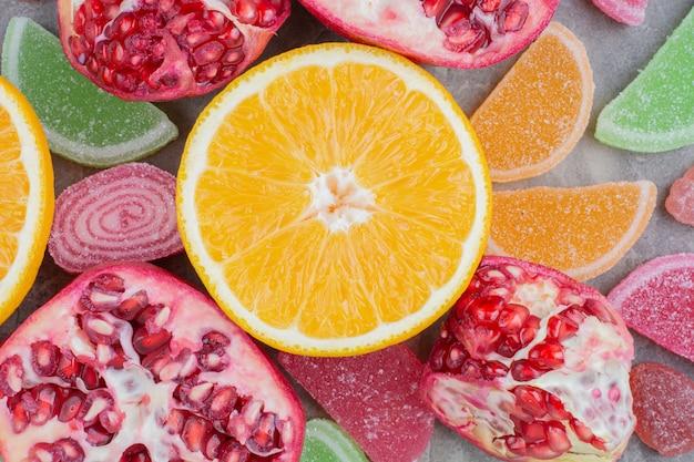 大理石の背景に甘いマーマレードと熟した果実。