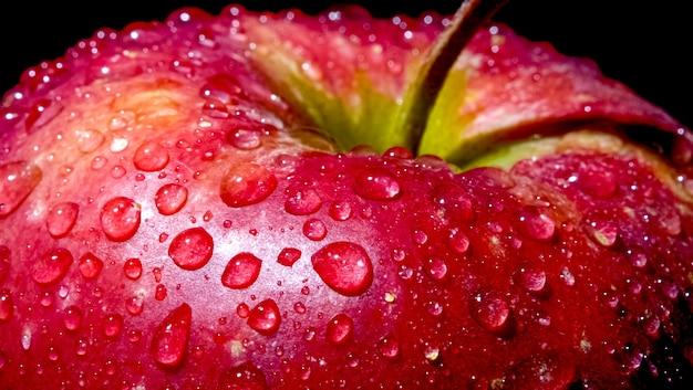 나무 테이블에 바구니에 익은 정원 사과 과일.