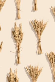 熟した金色の小麦の穂が穀物植物の熟した穂と背景をクローズアップ