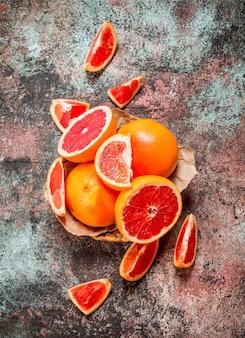 Спелый грейпфрут в корзине.